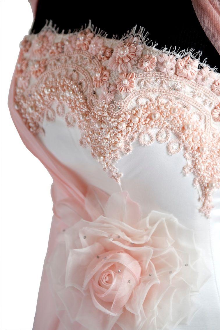 eecb62ad553f Pin di Monica Raschi su Abito da sposa rosa e bianco