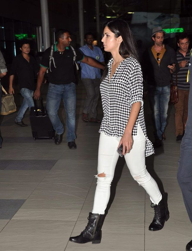 Katrina Kaif In A Striped Shirt And White Jeans At The Mumbai Airport Katrina Kaif Dresses Bollywood Outfits Katrina Kaif Photo