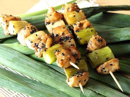 Yakitori ou brochettes de poulet japonaises recette recettes bbq brochette poulet poulet - Cuisiner travers de porc ...