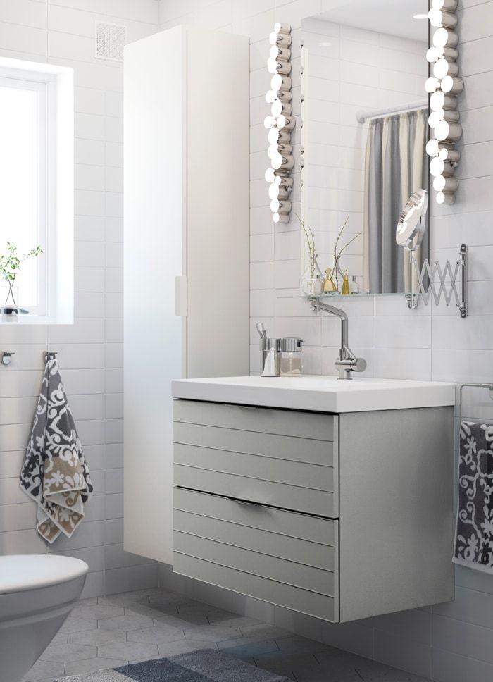 Petite salle de bain blanche avec élément haut et miroir blancs, et