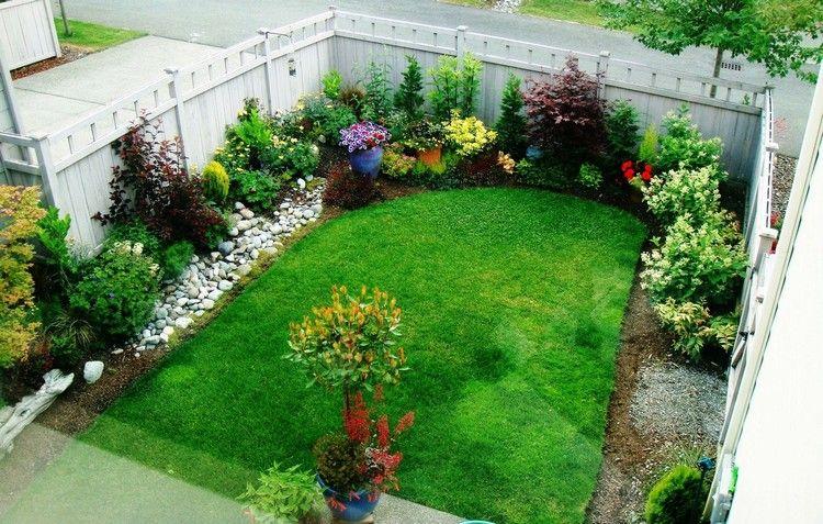 amenager un petit jardin avec plantes vertes buis arbustes fleurs en pots et galets decoratifs