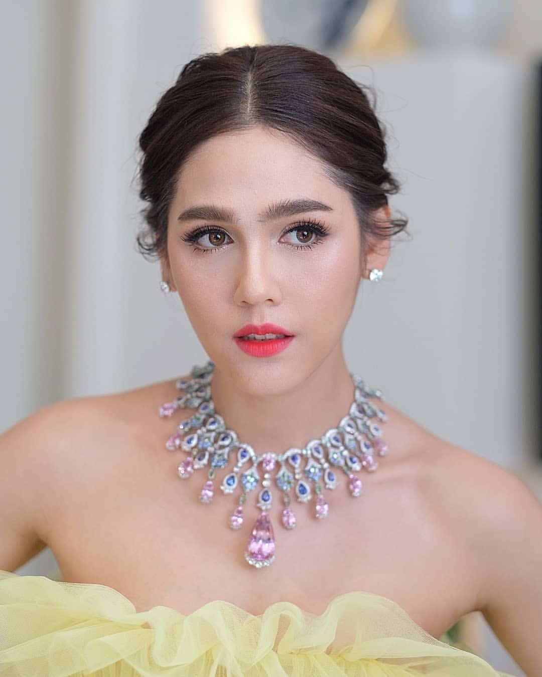 Chompoo Araya | Fashion makeup, Model hair color, Beauty model