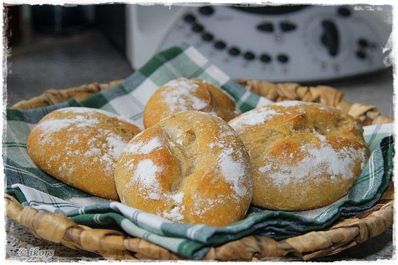 Knusprige Brötchen   für 8 Stück 170 g Weizenmehl 550 100 g Hartweizengrieß 120 g Roggenmehl 1150 150 g Wasser 150 g Milch 5 g Frischhef...