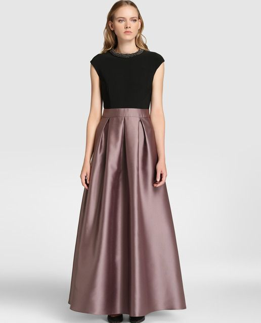 eef09f60ac0 Vestido largo, con efecto top y falda. Cuerpo en color negro, de manga  corta caída y escote redondo con adorno tipo collar. Falda larga satinada  con lazo en ...