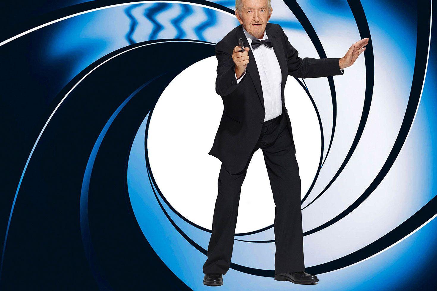 """""""Bond, James Bond"""", kaum eine Vorstellung ist so bekannt wie die des britischen Geheimagenten. Wilhelm Buiting, 89, mimt dem Mann vom MI6 und steht dem Original in Sachen Klasse um nichts nach. © Contilia Gruppe/Essen Werntges Studios/DPA"""