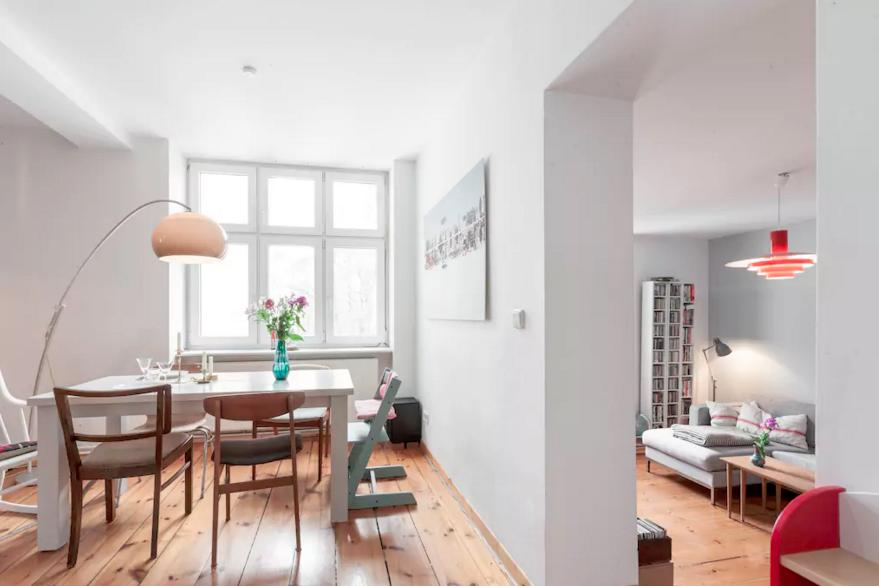 Helles Esszimmer Mit Blick Ins Wohnzimmer In Berliner Altbauwohnung #Berlin  #Altbau #Esszimmer