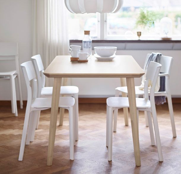 Ein hell eingerichtetes Esszimmer, u. a. mit LISABO Tisch in ...