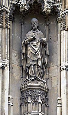 Una statua di Anselmo d'Aosta collocata all'esterno della cattedrale di Canterbury. Nato ad Aosta verso il 1034,  è stato un teologo, filosofo, monaco e arcivescovo, considerato tra i massimi esponenti del pensiero medievale di area cristiana. Anselmo è noto soprattutto per i suoi argomenti a dimostrazione dell'esistenza di Dio; specialmente il cosiddetto argomento ontologico ebbe una significativa influenza su gran parte della filosofia successiva.