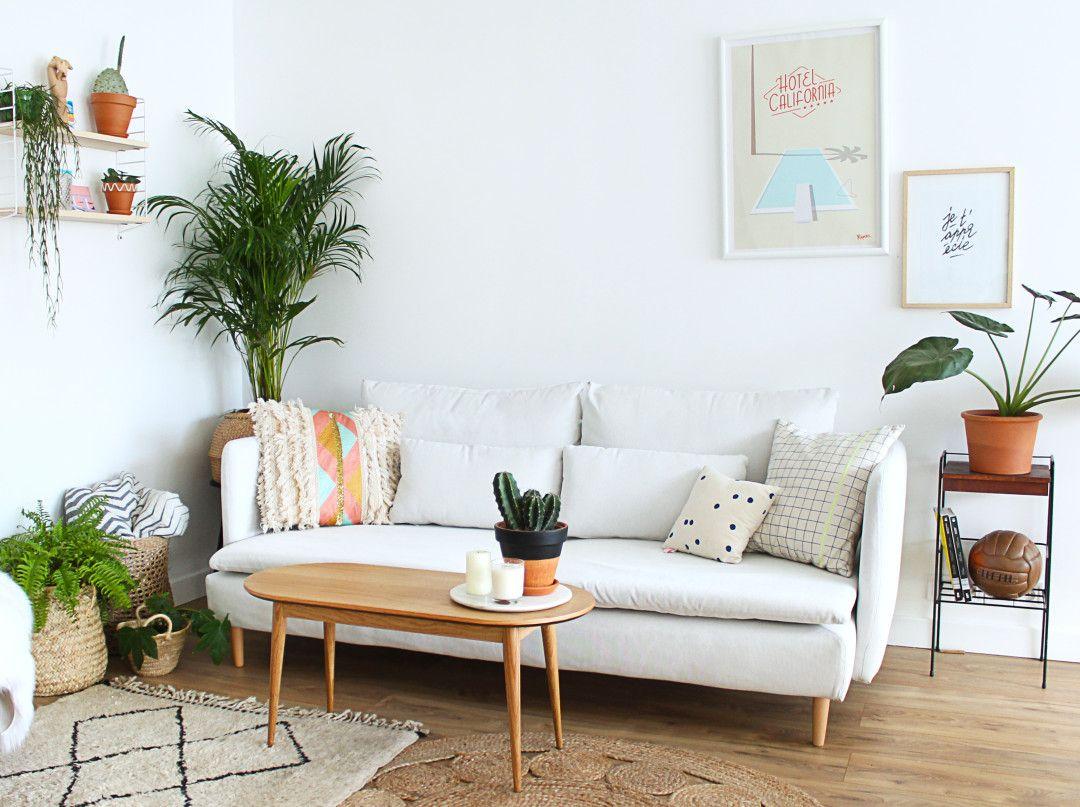 Canapé blanc dans le salon de Mademoiselle Claudine. Esprit ...