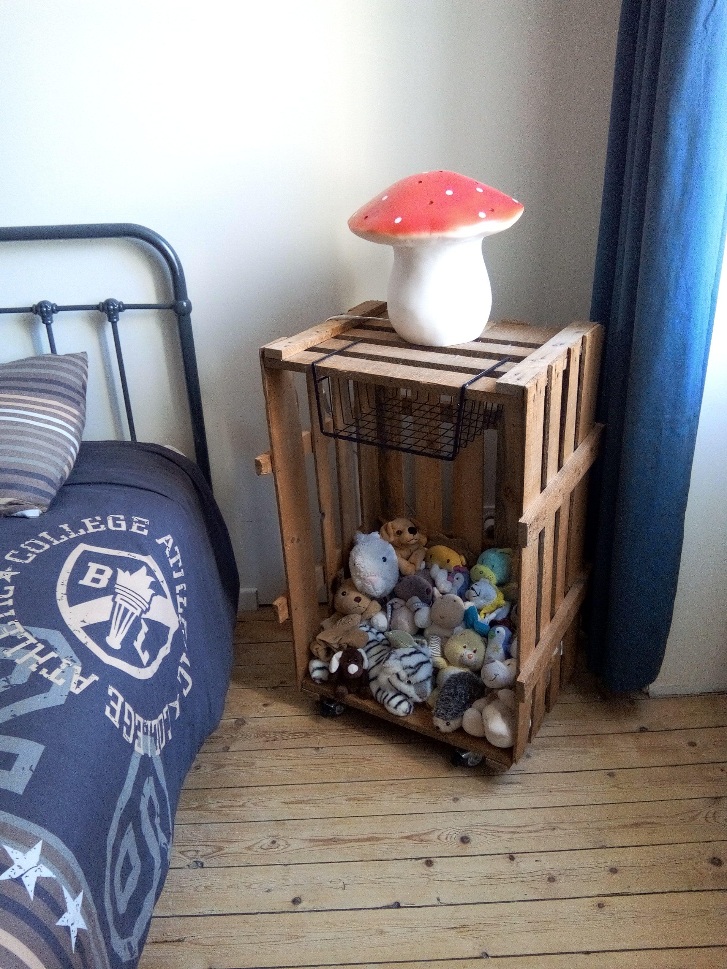 Caisse Bois À Roulettes une table de chevet avec une grande caisse de bois: ajouter