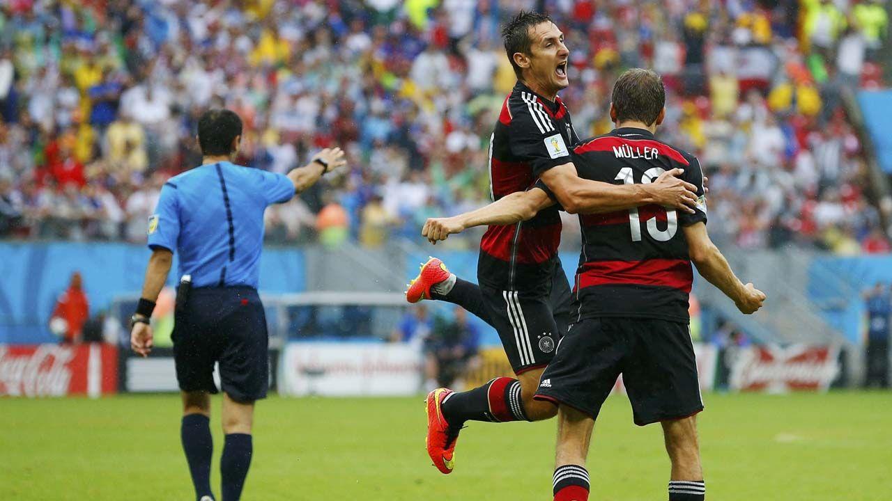 Miroslav Klose se abraza con Thomas Mueller festejando el gol frente a Estados Unidos. (REUTERSBrian Snyder)