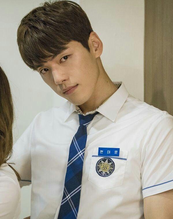 学生服を着ていてもセクシーなキム・ジョンヒョン