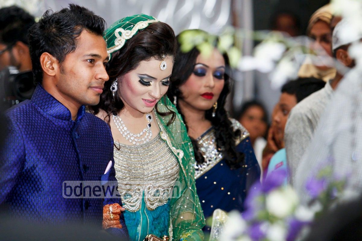 Bangladesh national cricket team captain Mushfiqur Rahim and his wife  Jannatul Kefayat Mondy at their wedding reception at Golf Garden in Dhaka  Cantonment ... 7158274e1d