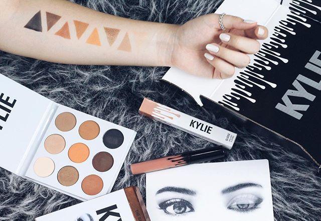 O vídeo de hoje foi mostrando pra vocês os produtos da @kyliecosmetics , será que vale a pena? Corre pro canal pra descobrir ▶️🔛💓 #makeup #kyliecosmetics #kyshadow