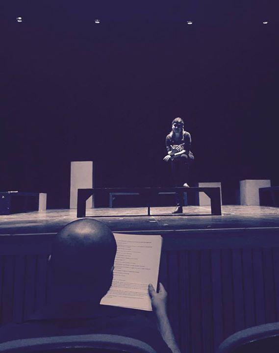 #TEATRO El director de teatro juega el papel más importante en la puesta en escena pues se encarga de coordinar todos los aspectos de la obra entre ellas vestuario iluminación maquillaje movimientos de los actores.   #CiclodeJóvenesDirectores