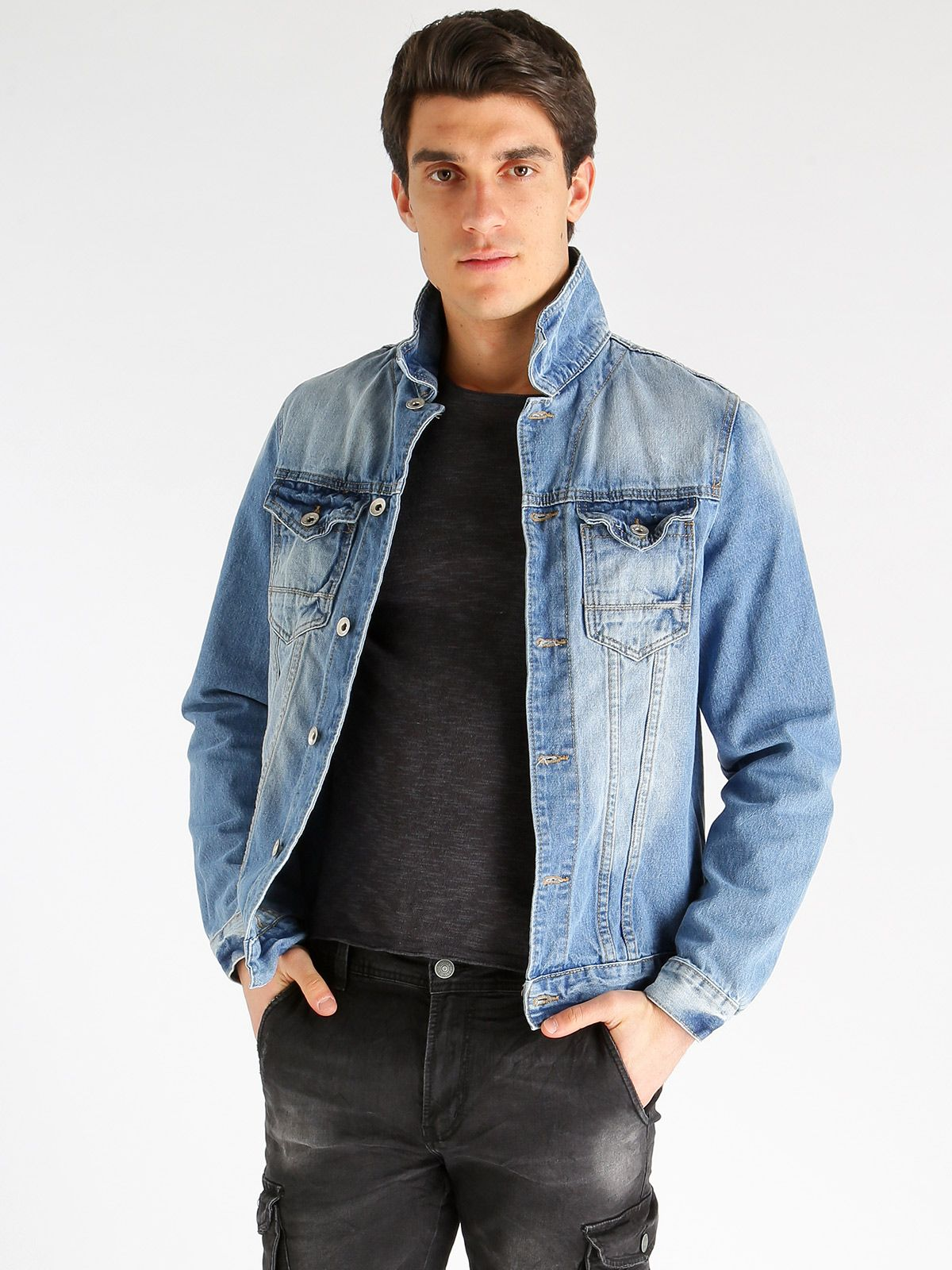 a96324e148bafc ... Jeans Uomo di Mecshopping. Taschini con bottoni su parte alta, bottoni  sui polsini, effetto slavato, cuciture a