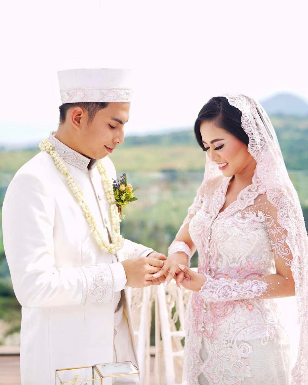 """""""Apabila seorang hamba telah menikah, berarti dia telah menyempurnakan separo agamanya, maka hendaklah dia bertaqwa kepada Allah pada separo sisanya""""."""