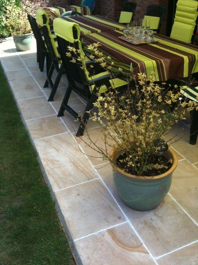 Terrasse composée dun dallage en pierre naturelle de bourgogne ...