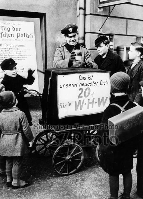 polizist sammelt spenden 1942 1943 berlin berlin 1942 pinterest polizist spenden und. Black Bedroom Furniture Sets. Home Design Ideas
