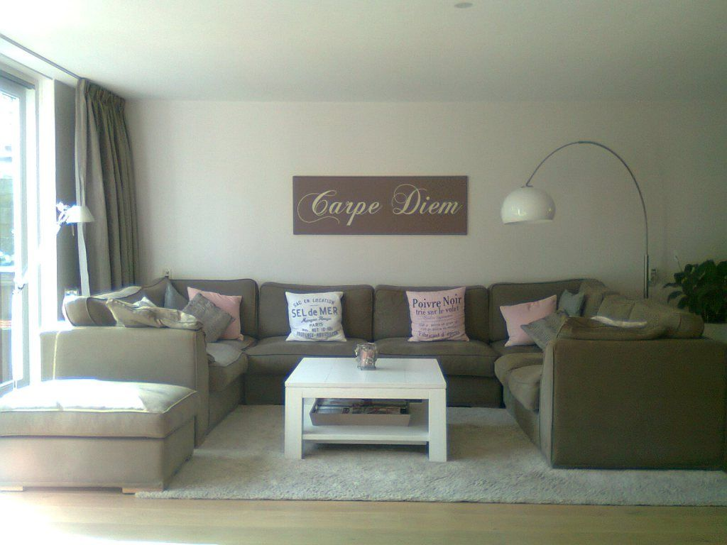 woonkamer met hoekbank in taupe met roze en witte styling. Black Bedroom Furniture Sets. Home Design Ideas