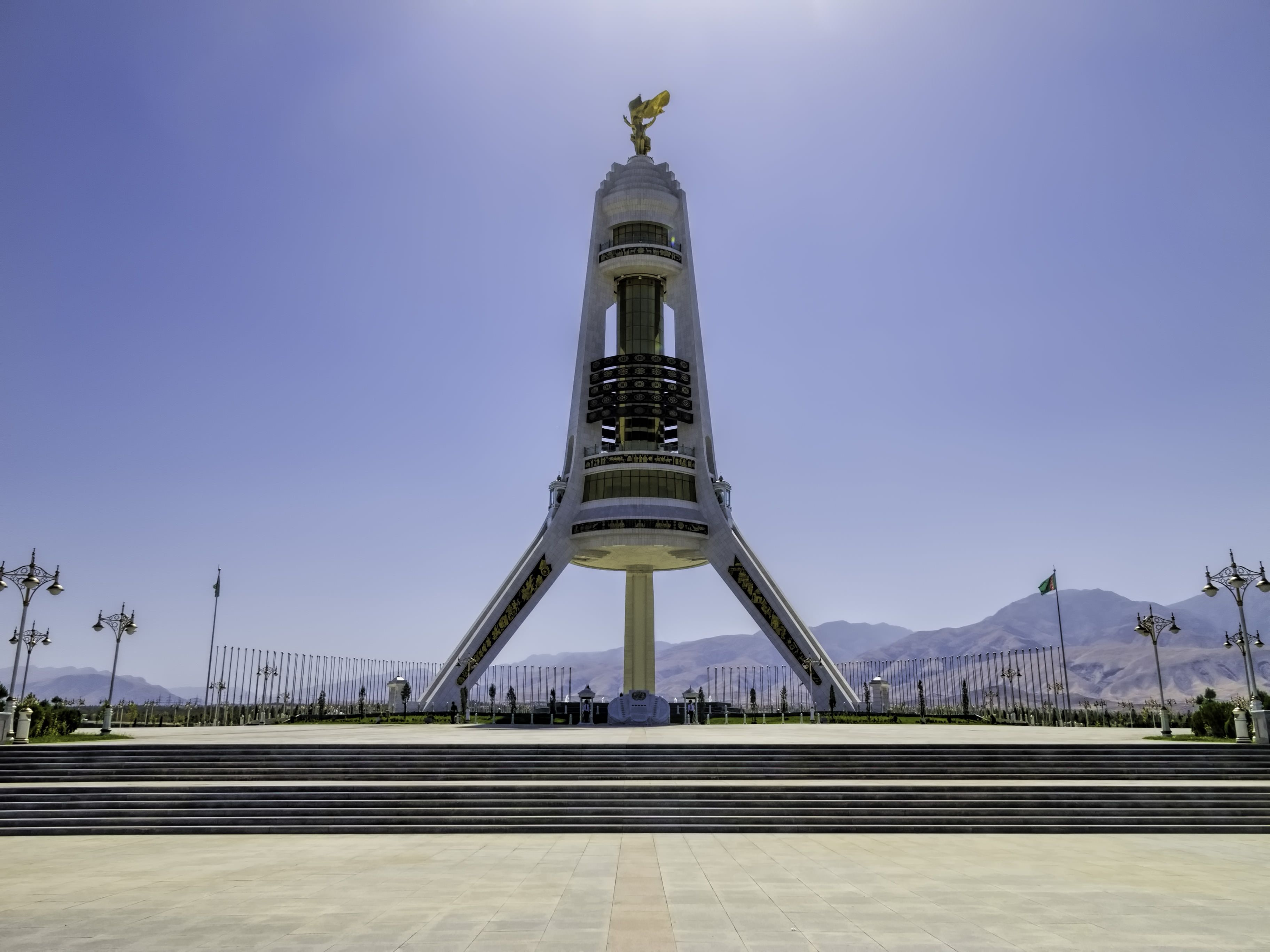 Monumento de la neutralidad #ashgabat #tuskmenistan #asia #travel #tourism #takemysecrets