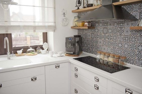 Marokanskie Plytki Na Sciane Czarny Okap Polki Z Okapem Drewniane Polki W Kuchni Prostokatna Ceramiczna Plyta W Kuchni Bial Kitchen Kitchen Cabinets Sweet Home