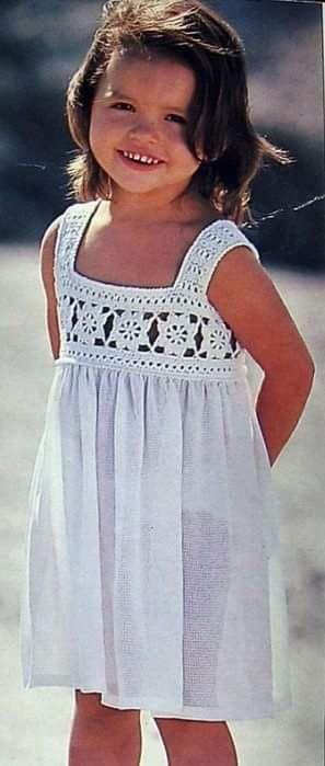82c9f43e77d4c Meraviglioso corpetto all'uncinetto per vestito da bimba; è composto da  quadretti rappresentando dei bei fiori. La parte della gonna è di stoffa.
