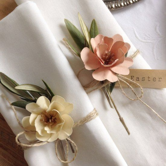 Decorate the Easter and spring table with handmade paper flowers. Make place cards and napkin rings with flowers. (Italian Blog) #napkinrings