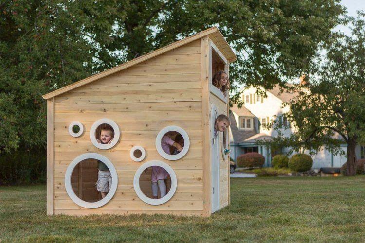kinderspielhaus mit runden fenstern im hinterhof garten pinterest garten haus und spiele. Black Bedroom Furniture Sets. Home Design Ideas