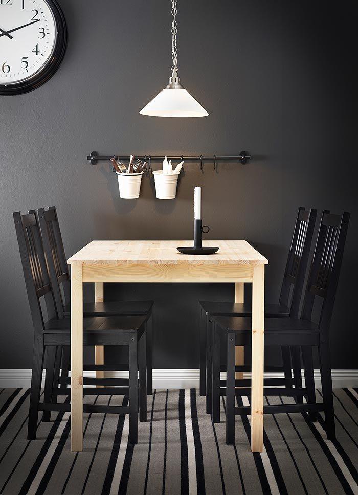 ingo tisch aus massiver kiefer f r 4 personen mit braunschwarzen stefan st hlen k sche. Black Bedroom Furniture Sets. Home Design Ideas