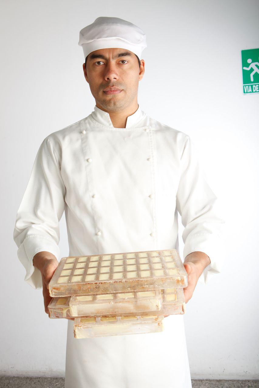 Giovanni Conversi, chef chocolatier de Kakao Venezuela, haciendo cada día más de 3.500 bombones venezolanos.