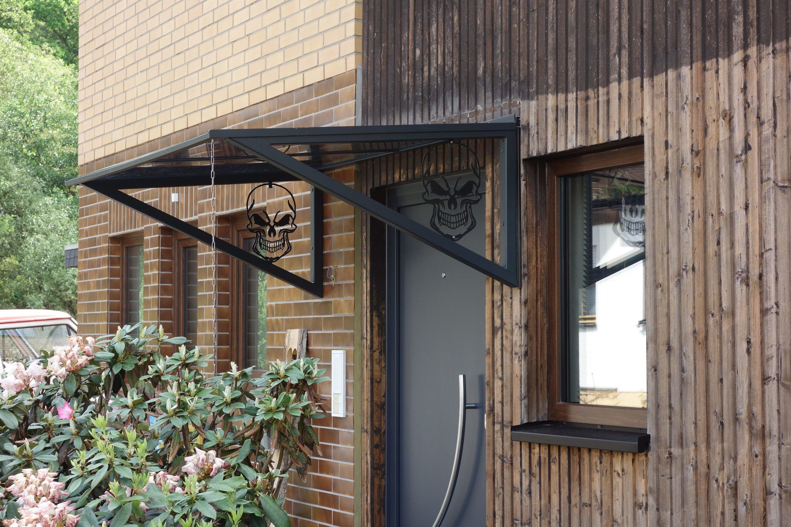 Vordach Stahl pulverbeschichtet mit Acrylglas und TotenkÃ
