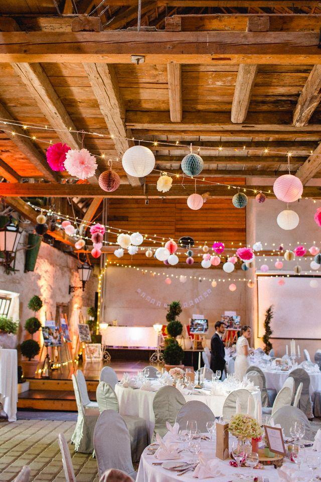 Familiäre Vintage Hochzeit in der Scheune von Nathalie Sobriel - gartenparty deko rustikal