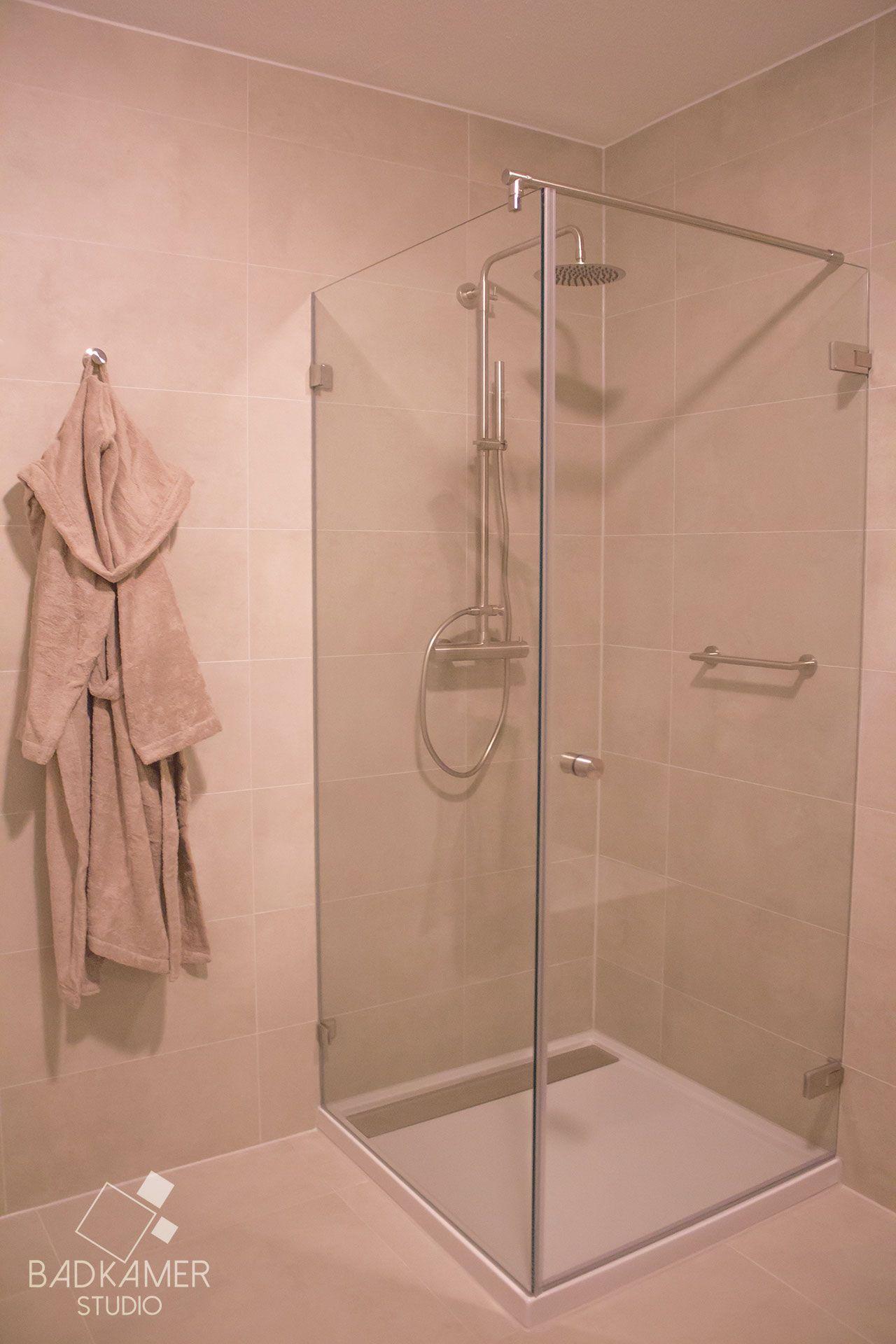 modern landelijke badkamer met warm off white wand vloertegels