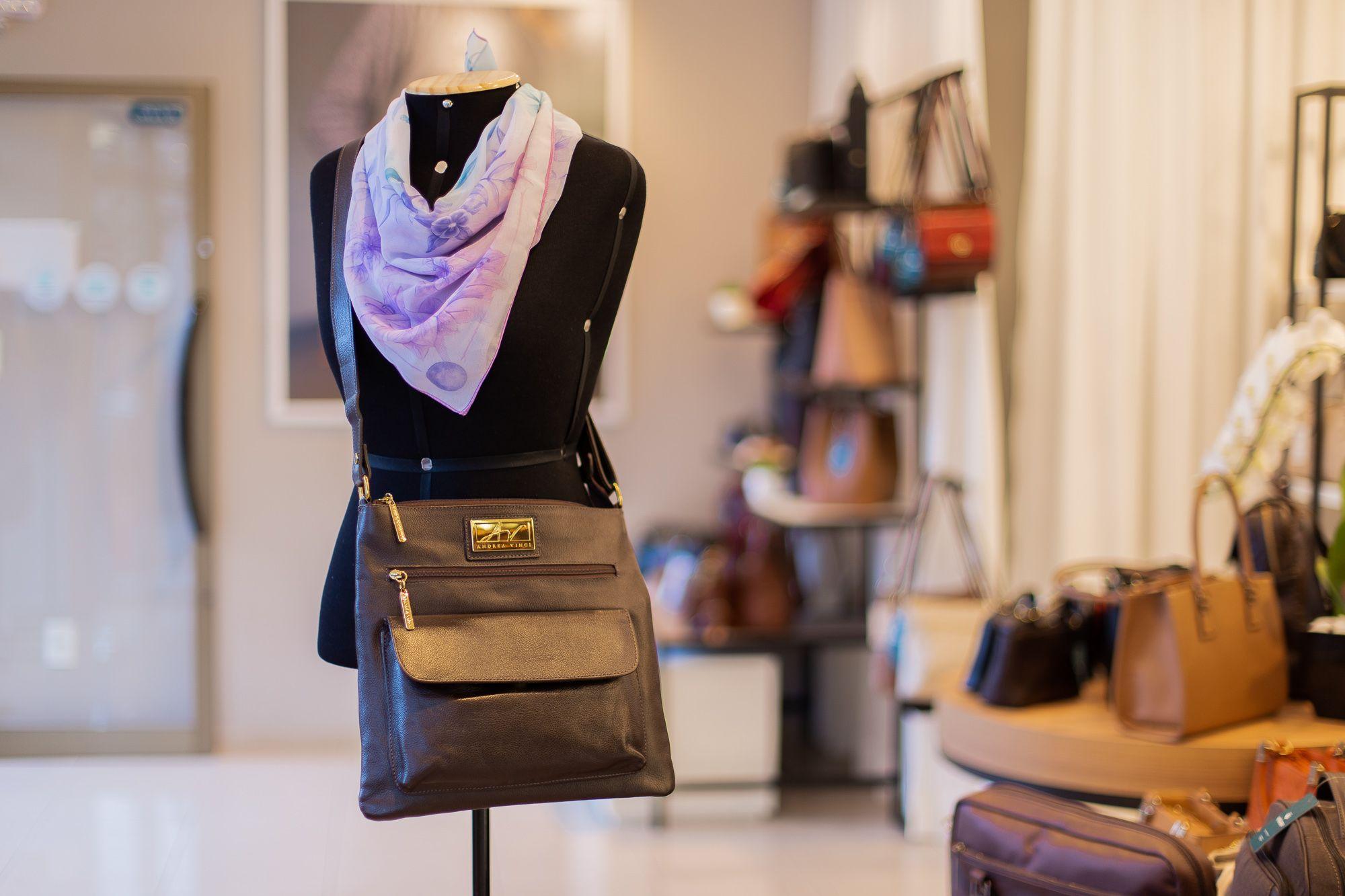 e5be63632 Bolsa Tiracolo de couro legítimo Karen café | Bolsas femininas ...