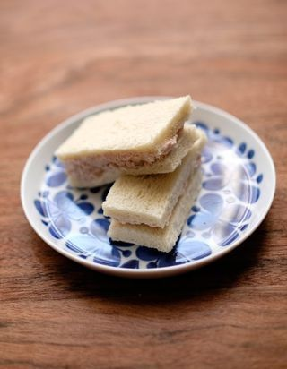 ZUTATEN 150 g Thunfisch 50 g Frischkäse 1 EL Kapern Salz, Pfeffer 4 Scheiben Tramezzini-Brot ZUBEREITUNG Thunfisch und Frischkäse vermengen. Gehackte Kapern untermischen und mit Salz und Pfeffer absch