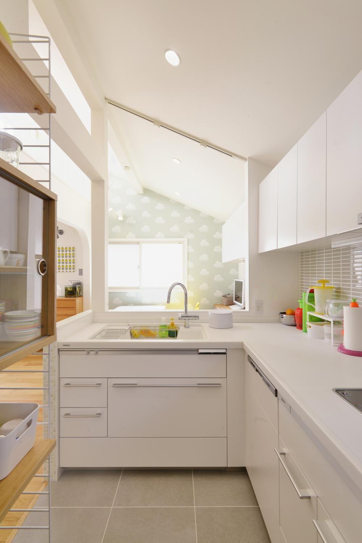 F邸 家族の笑顔が生まれる 明るく暖かな2階リビング 戸建リノベーション事例 Suvaco スバコ リビング キッチン キッチン床 L字 型キッチン