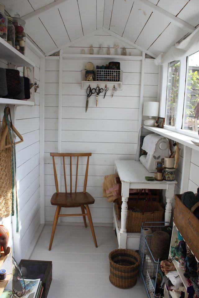 Petit bureau am nag dans un abri peint tout en blanc for Petit bureau pin