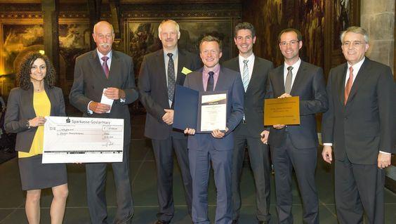 Professor Bernd Friedrich, Leiter des RWTH-Instituts für Metallurgische Prozesstechnik und Metallrecycling (3. v. l.), und sein Team wurden mit dem Kaiserpfalzpreis 2016 ausgezeichnet. Der Preis wird seit dem Jahr 2008 im Rahmen des Tages der Metallurgie, dem Branchentreffen der Nichteisen-Metallindustrie, in Goslar verliehen.