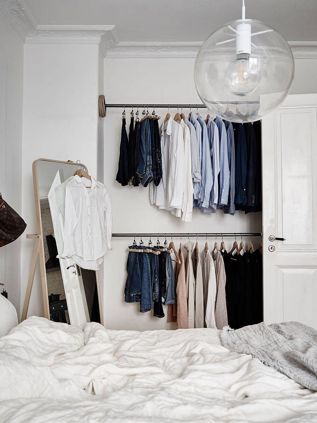 une penderie ouverte dans une chambre immacul e un. Black Bedroom Furniture Sets. Home Design Ideas