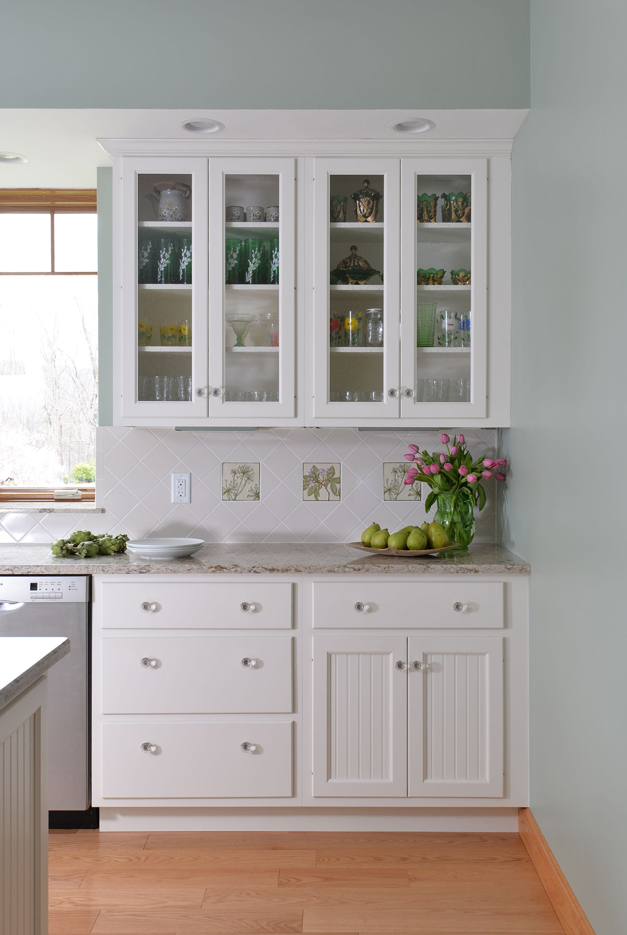 "Classic White Cabinetry / 3/8"" Lipped Door Style"