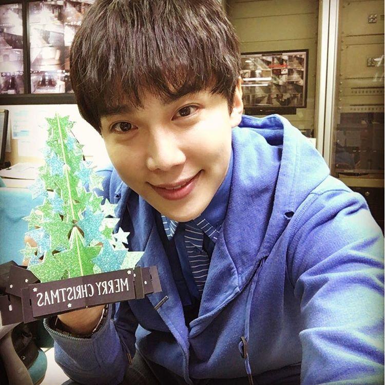 """Park Jung Min IG: """"몸도 마음도 따듯한 크리스마스 되시길 바랍니다 ❤️ 인스타그램 뒤늦게 시작합니다 나름 크리스마스 선물로 기획한 것이니 응원해주세요  가족과, 소중한 사람들과 함께하는 하루 보내세요!(참고로 전 신나는 야근 yeah!!)"""""""