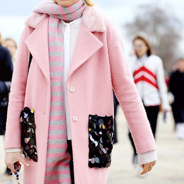 Pink details always catch my eye ✨ #PFW #AW16 #streetstyle #AmbitiousLooks #fashion #FashionWeek #ElisaNalin #ylespinkisms #styledeparis