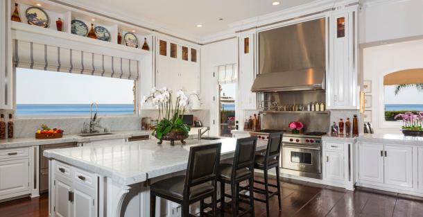 Yolanda And David Foster List Custom Malibu Estate For 27 5 Million Luxe Living Yolanda Foster Home Home Kitchens Malibu Mansion
