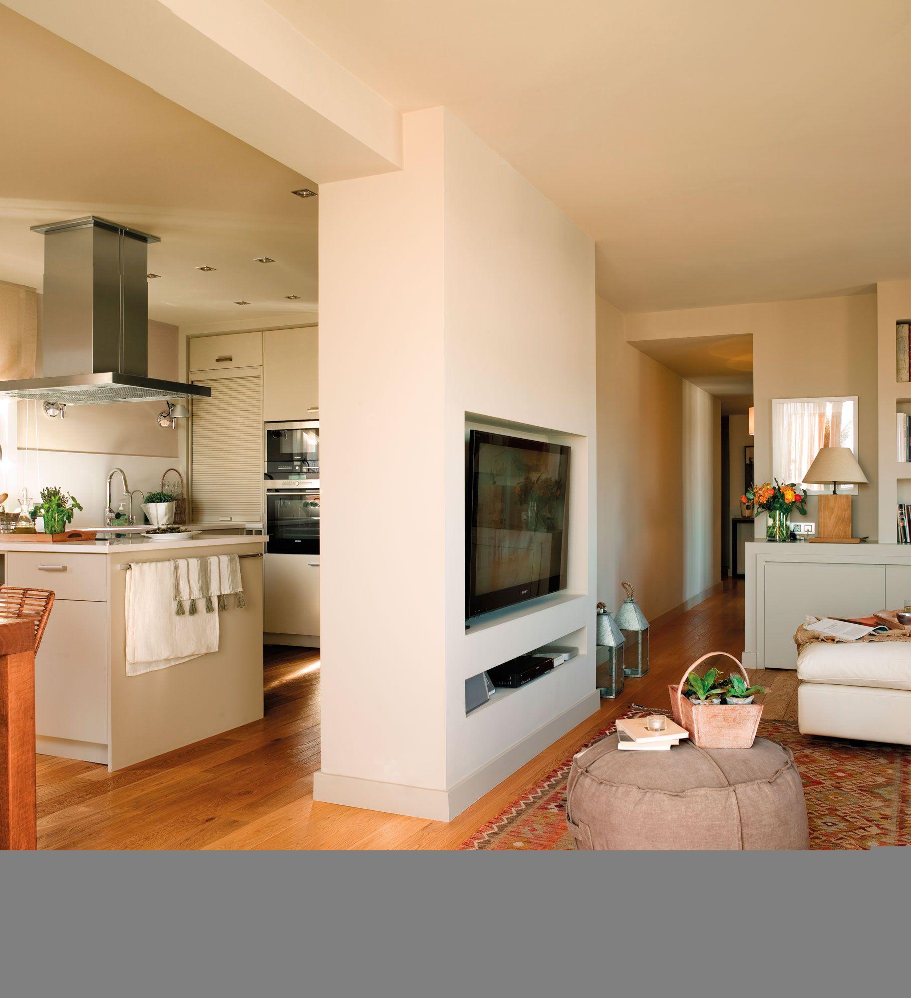 Detalle de salón abierto a la cocina con mueble de obra. 00382653b ...
