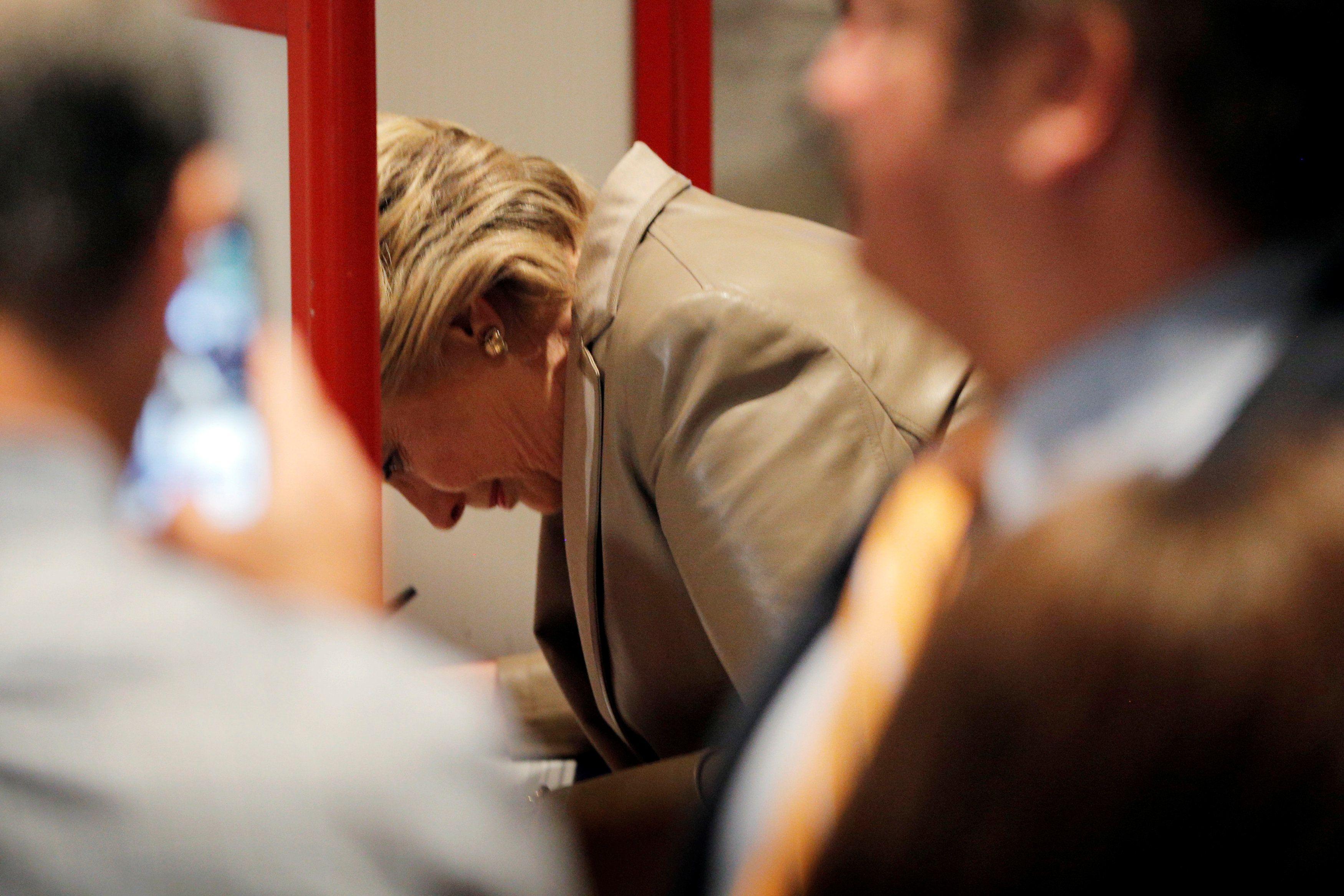 Fotógrafos y curiosos utilizaron sus móviles para recoger el momento en que Hillary votaba.