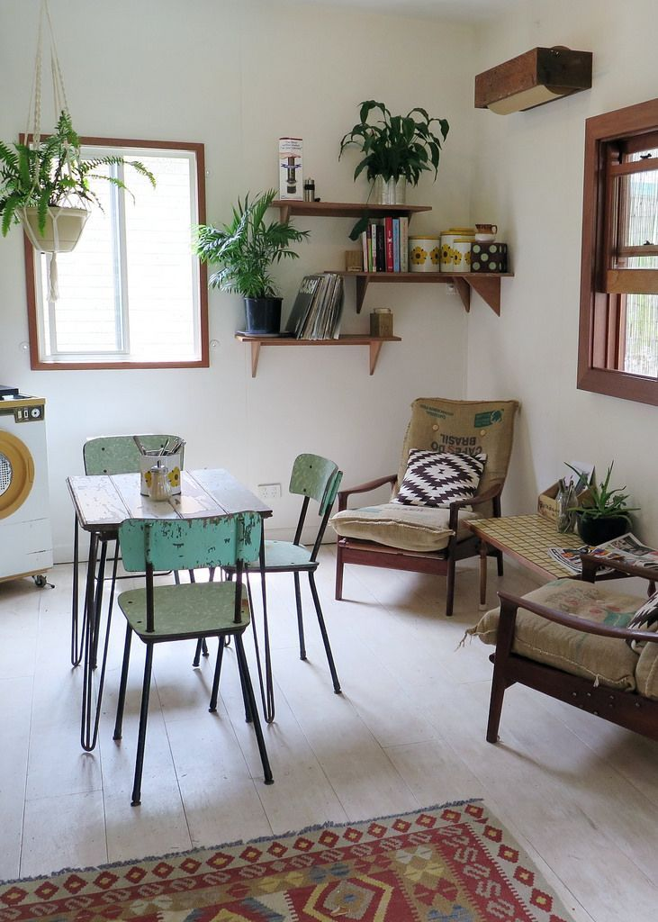 Salle à manger fifties avec chevrons, plantes sur étagères vintage