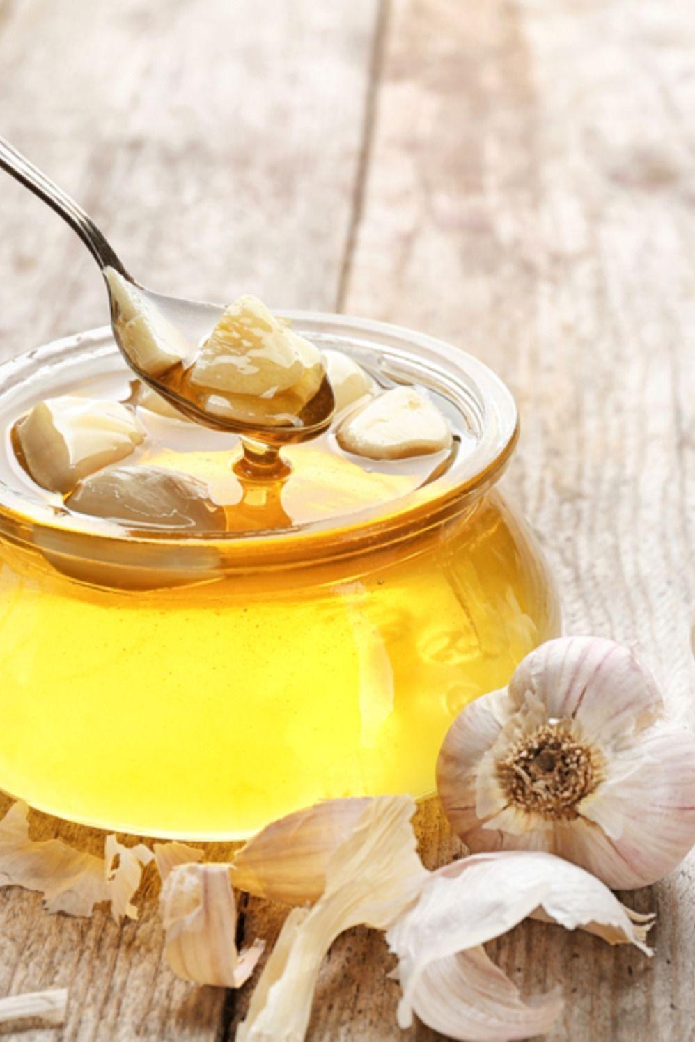الثوم والعسل وزيت الزيتون لكل من هذه المكونات فوائدها ولكن ماذا سيحدث إن قمت بجمعها معا تعرفوا معنا على فوائد الثوم مع العسل وزيت ا Honey Health Condiments