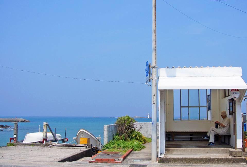 Bus stop along the shore.     葉山町真名瀬バス停