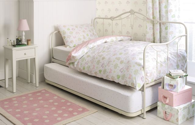 laura ashley emily day bed un lit traditionnel en fer forge peint ivoire avec un lit gigogne d invite equipe de pieds extensibles qui elevent le lit